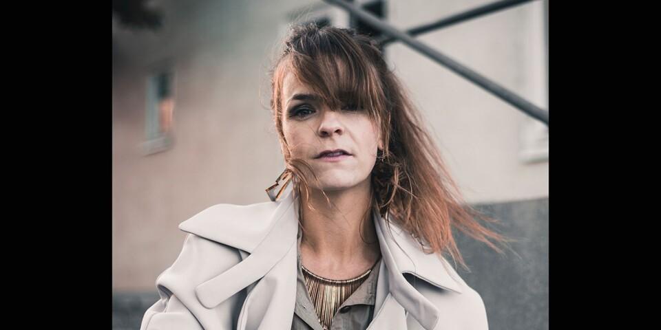 När turnén i Storbritannien ställdes in på grund av corona-viruset, väljer öländska artisten Ida Adée Olsson istället att ge en enmanskonsert på Kalmar Konstmuseum.