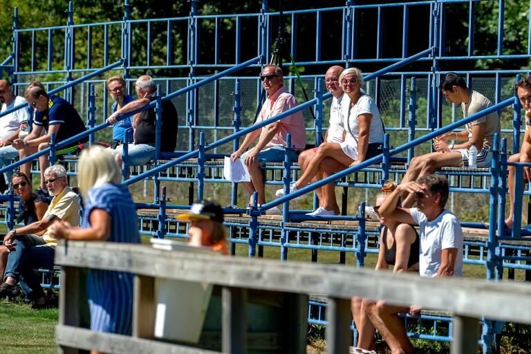 Fotboll: Publik får titta på lokala matcher