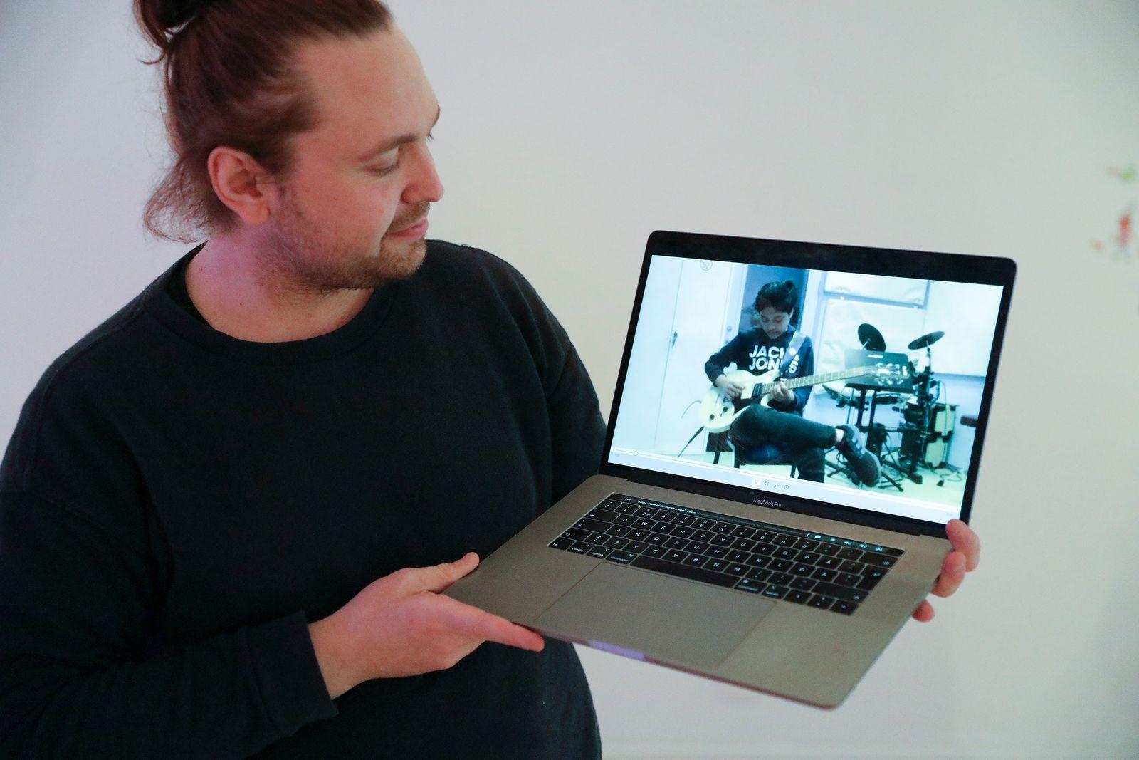 Tobias Kralmark på Kulturskolan delade ut diplomen och visade även filmklipp där musikeleverna gav prov på sina färdigheter. Här Mario Nilsson på gitarr.