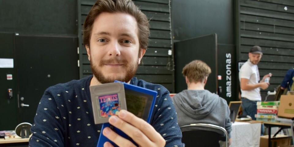 Karlshamnsbon Lenny Ekberg är en av försäljarna vid nördloppisen, som arrangeras i anslutning till brädspelfestivalen på Östra piren. Han säljer tv-spel modell retro.