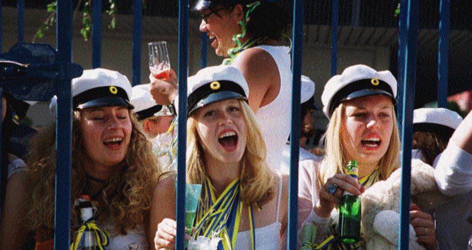 Glada studenter jublar efter utspringet i Oskarshamn 1999.
