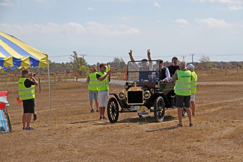 Så här glada blev gänget i sin Ford Modell T från 1914 när de fick full pott på manöverprovet vid Sandviks kvarn.