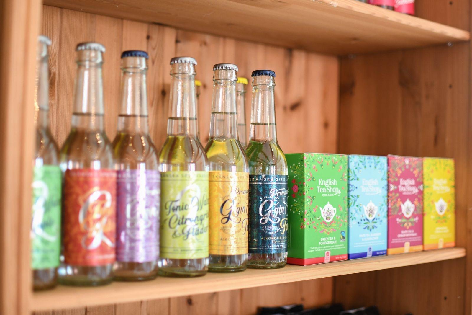 Läsk från Läskfabriken i Trelleborg och Skånska spritfabrikens gin & tonic med spännande smaker, är två exempel från sortimentet.