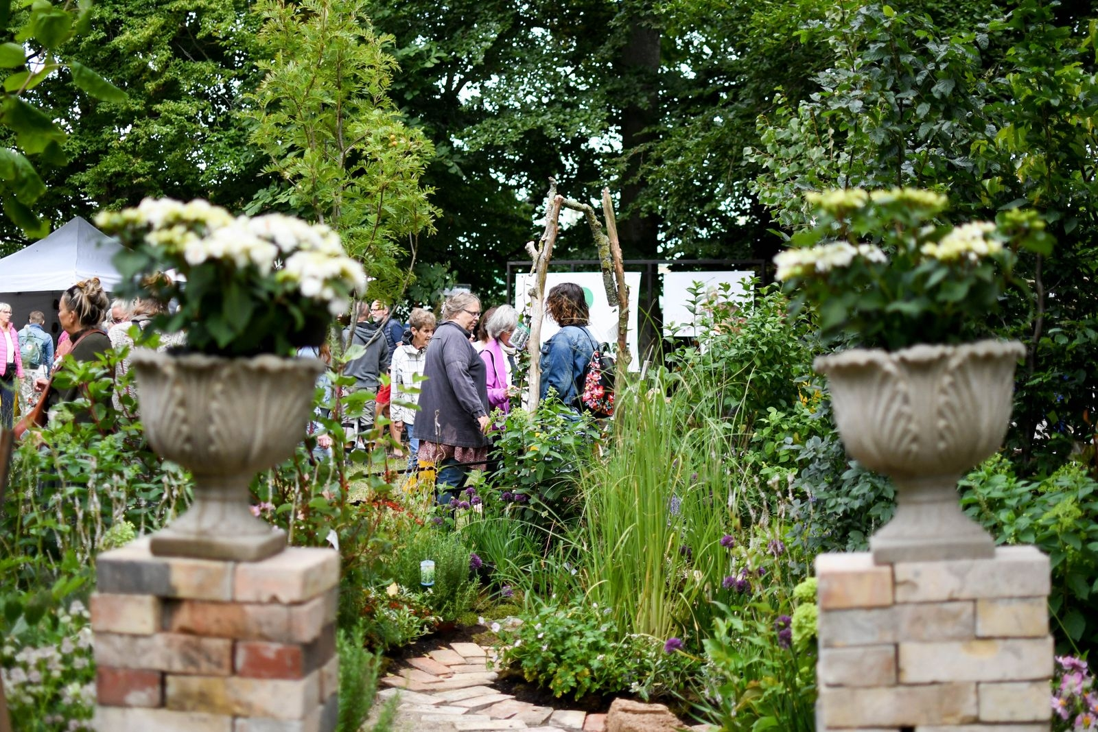 Skogsträdgårdens växter, Studio Dahlgren, med växter från Kiviks trädgård, och Systrarna Lindskogs trädgård & design (bilden) hade byggt upp varsin liten inspirationsträdgård på mässområdet.