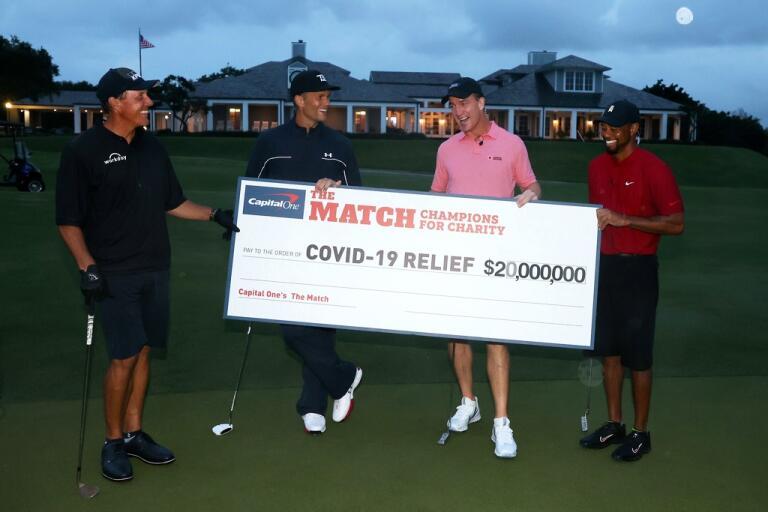 Phil Mickelson, Tom Brady, Peyton Manning och Tiger Woods med den stora checken på 20 miljoner dollar till fyra välgörenhetsorganisationer.