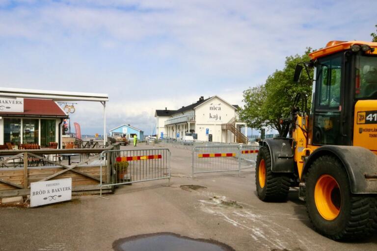 Nu startar ombyggnaden av Hamnplan i Färjestaden. det ska bli nya parkeringsplatser vid busstationen.