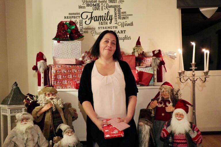 """Carola Karlsson Göransson älskar själv julen och har redan börjat plocka fram tomtarna inför årets höjdpunkt. """"Att jag går in för julen så hårt hör säkert samman med att jag aldrig fick uppleva liknande jular när jag själv var liten"""", säger hon."""