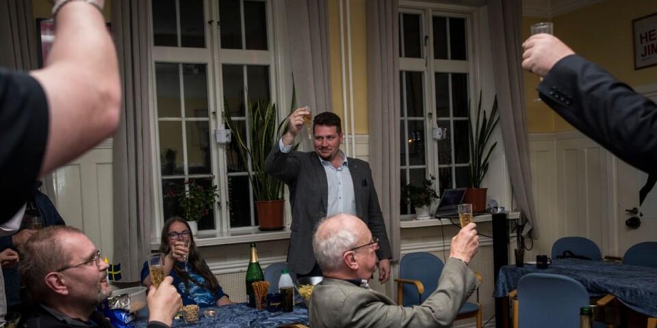 Kommunalrådet Andreas Exner utbringar en skål för valresultatet på partiets valvaka i Borås under söndagskvällen.
