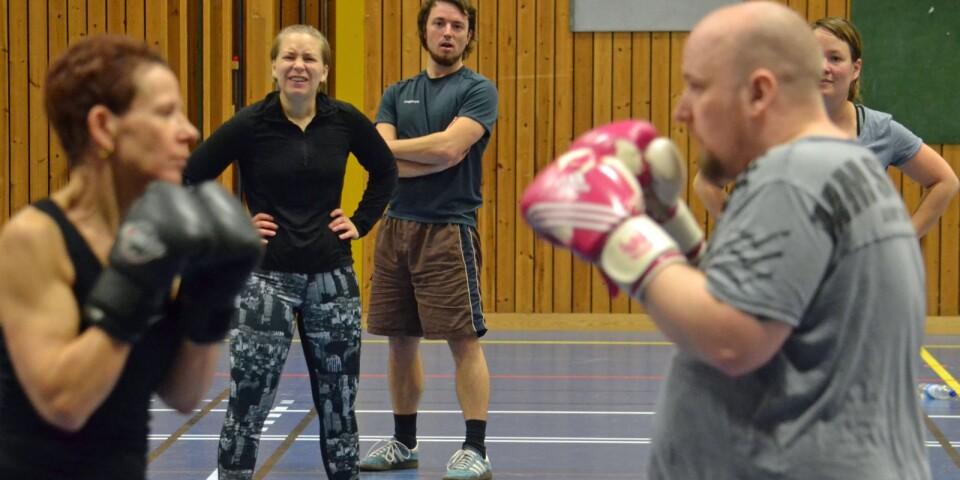 Slår ett slag för boxningen. Ingrid Engstrand Johansson är sugen på att starta boxpass och provar lite teknikträning med James Newnorth, som tog med sig kampsporten till byn när han flyttade Spelkollektivet från Fridafors till Väckelsång. Elin Persson studerar duellen med intresse.