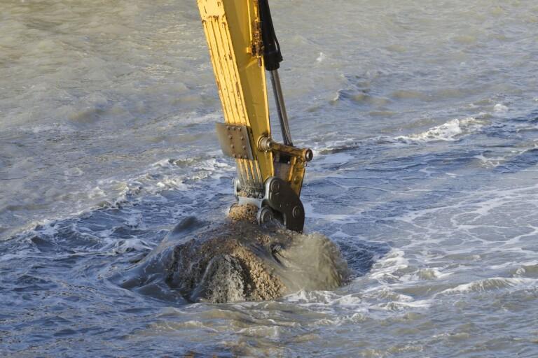 Öland: Nu är muddringen av hamnen igång
