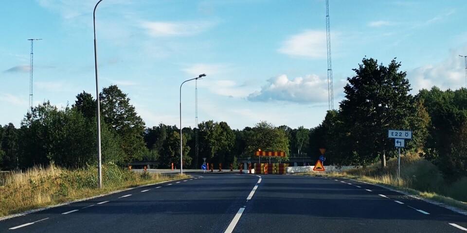 4 000 bilar varav mellan 400 och 500 lastbilar, passerar Hultarondellen varje dygn. Nu blir vägen in mot centrum fortsatt stängd fram till den 11 oktober.