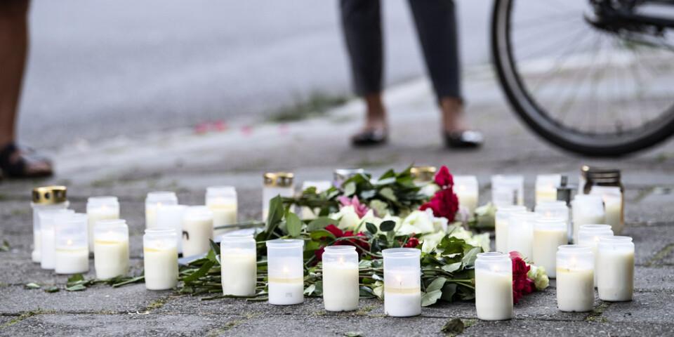 Blommor och ljus på Sergels väg i stadsdelen Ribersborg i Malmö där en kvinna i 30-årsåldern sköts till döds den 26 augusti. Arkivbild.