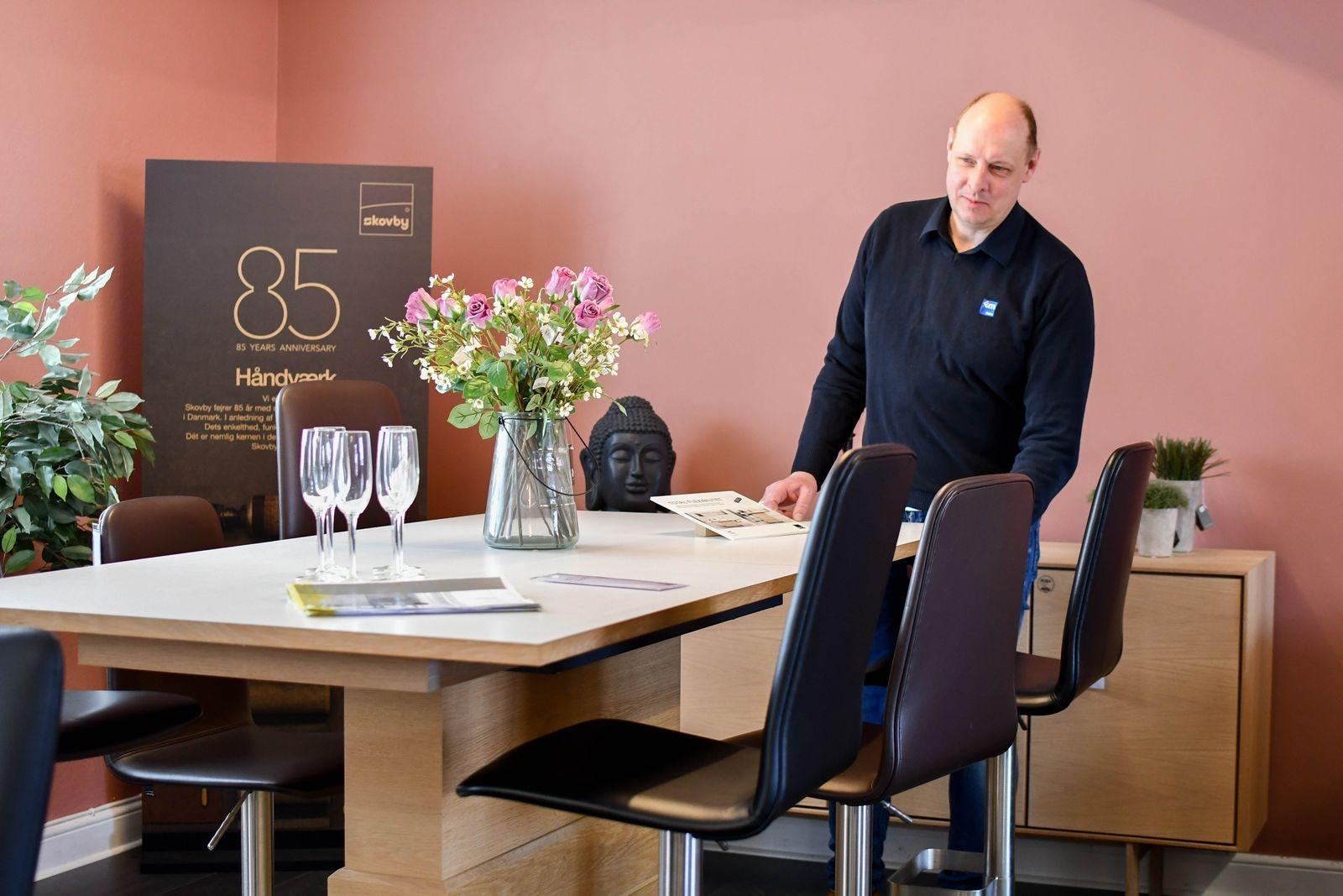 Många kunder söker flexibla möbellösningar. Henrik visar ett höj- och sänkbart bord som fungerar lika bra som arbets-, mat- och soffbord.