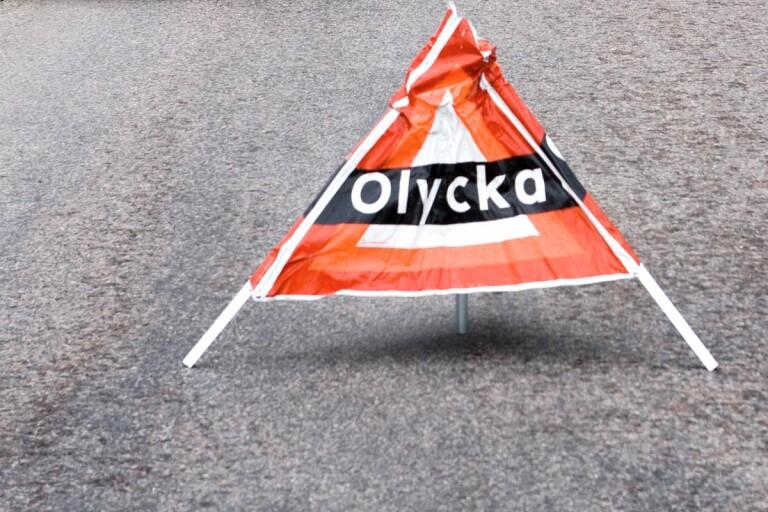 Trafikolycka: Bil körde ner telefonstolpe och hamnade i diket