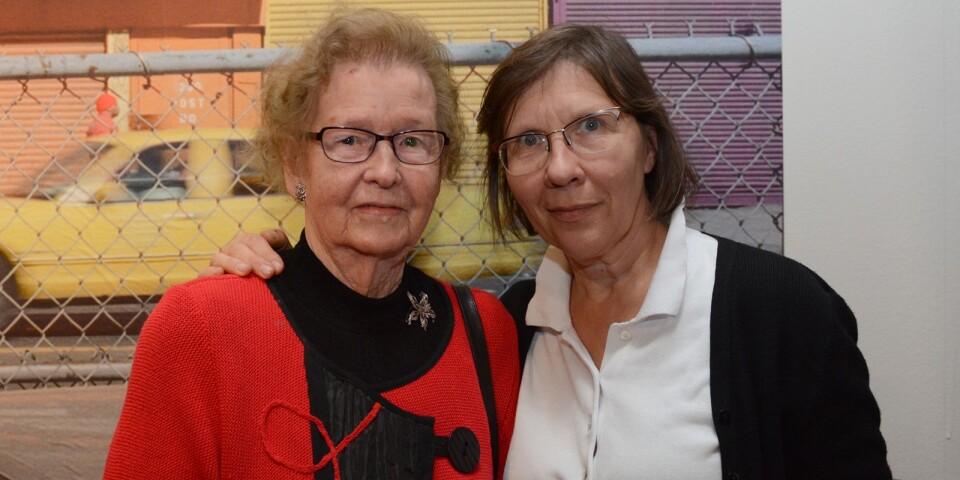 Britt Tunbjörk, mamma till Lars Tunbjörk hade också tagit sig till Stockholm för invigningen av utställningen. Hon minglade med fotografen Inta Ruka.