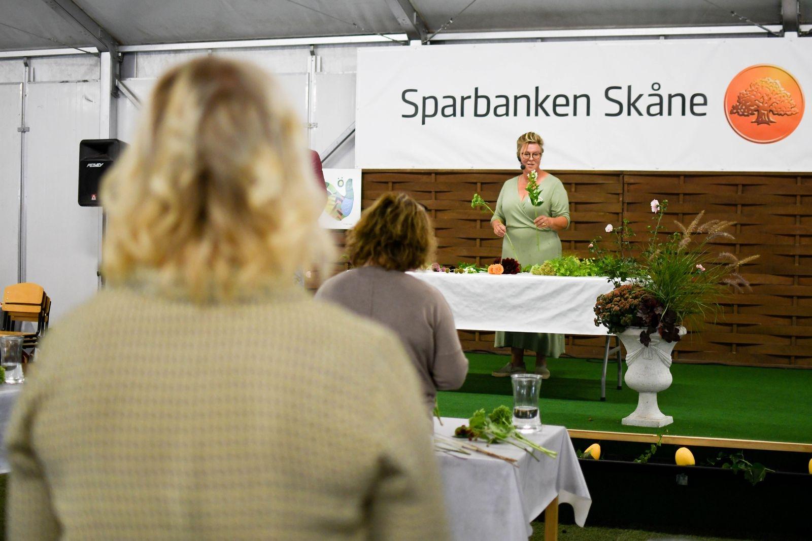 Linda Persson från Systrarna Lindskog höll en binderiworkshop.