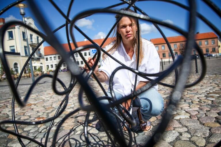 Evelina debuterar med skulptur på hamnplan