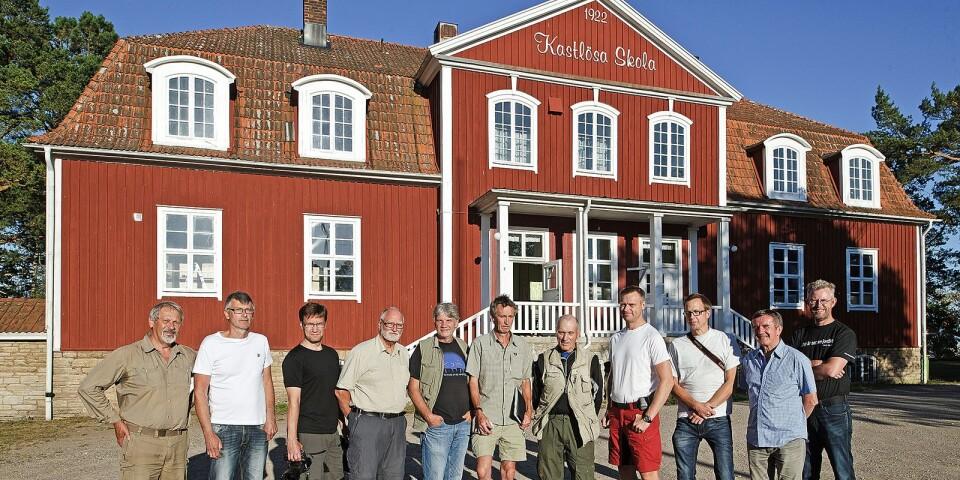 Naturfotografer samlade utanför Kastlösa skola, dit Ölands Naturskyddsförening inbjuder till Naturfestival på lördageftermiddag.
