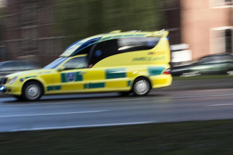 Mannen fördes med ambulans till sjukhus men avled senare. Arkivbild.
