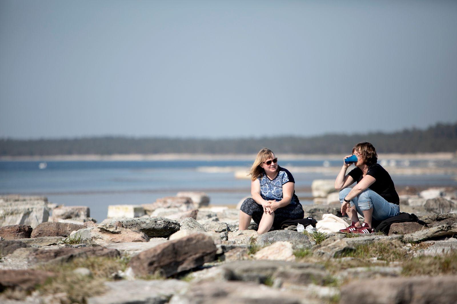 Sommarölänningen Kerstin Arnesson och väninnan Linnea Olsson får inte rösta i folkomröstningen. Men befolkningsmässigt och geografiskt verkar det rimligt med en kommun, tycker de.