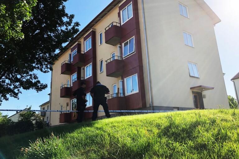 Mordet inträffade på ett kommunalt boende i början på juni. En man knivskars så svårt att han avled.
