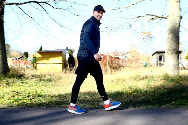 Gillar att vara igång. Ironmanspeakern Björn Mortensen ska gå 100 000 steg på söndag. Han räknar med att vandringen tar honom drygt 14 timmar.