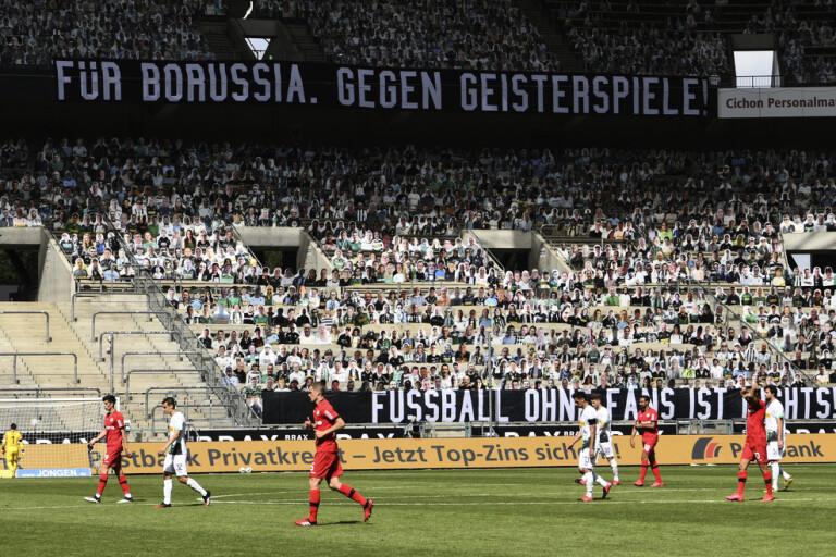 Supportrar i papp på läktarna när Mönchengladbach föll mot Bayer Leverkusen.