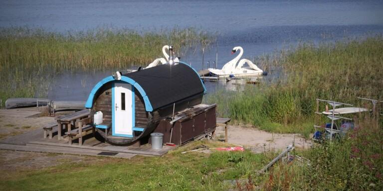 Vid Skotteksgårdens camping finns bastutunnan som enligt miljönämndens beslut bryter mot strandskyddet.