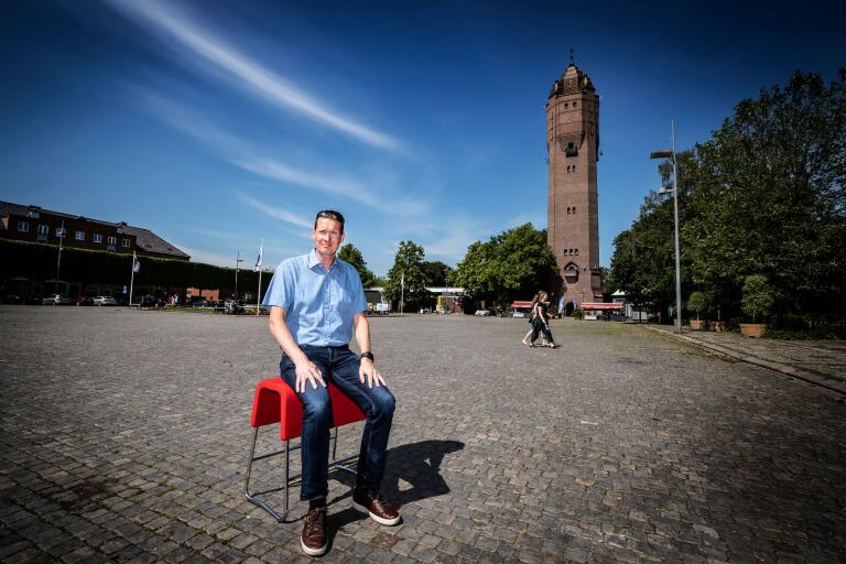 Fredrik Schlyter (M) vill ha mer liv och rörelse på Stortorget på kvällarna. Därför vill han låta folk parkera på torget till klockan 22.