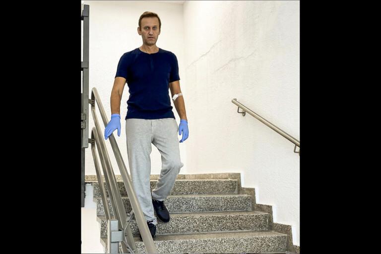 En bild på Navalnyjs Instagram visar hur han går i trappan på sjukhuset i Berlin.