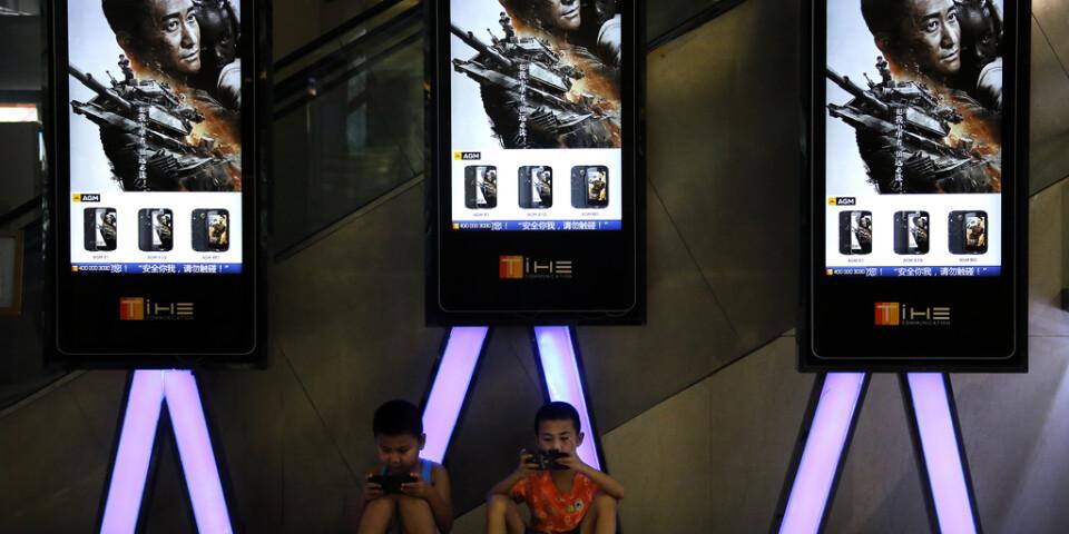 """Såväl statliga kinesiska som internationella medier använder termen """"vargkrigare"""" för att beskriva den nya mer aggressiva kinesiska diplomaten. Namnet kommer från två populära actionfilmer med samma namn, på bilden ses reklam för Vargkrigaren 2 i Peking. Arkivbild."""