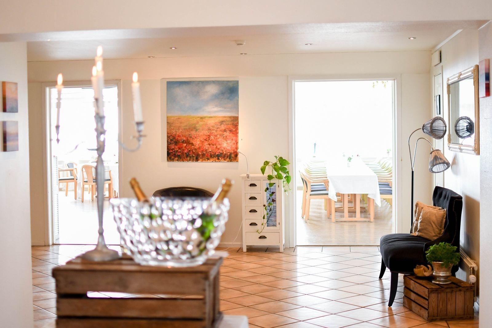 Karin gläds åt samarbetet med Sofia och Fredrik vilket gör det möjligt för henne att ställa ut i Löderups strandbads vackra foajé.
