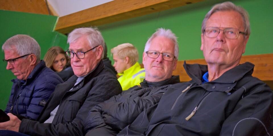 """Bengt-Göran """"Mysing"""" Karlsson, Kenneth Ekman, Hans Fransson, som har egna sonen William i dagens A-lag, och Anders Rapp har intagit läktarposition."""