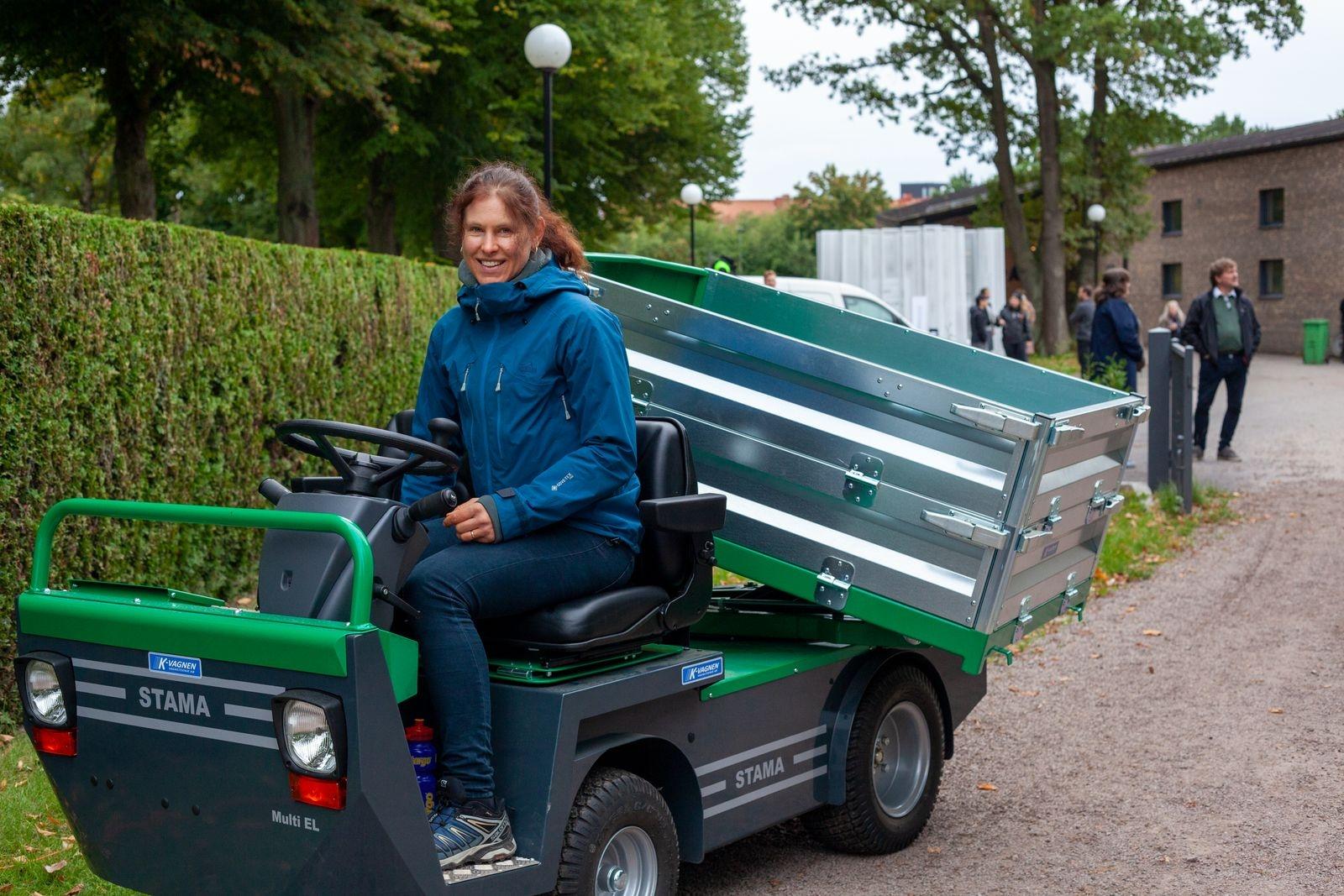 Lena Jakobsson som är kyrkogårdsvaktmästare vid Nybro pastorat passade på att prova ett eldrivet fordon med tippbart släp. – Det är kul att se nya produkter och arbetsredskap, framförallt batteridrivna som är tystare.