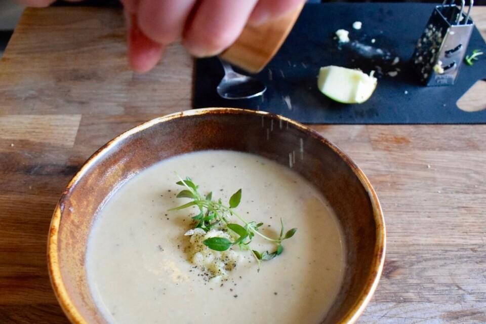 Toppa soppan med en matsked rivet äpple, färsk timjan och strö lite nymald svartpeppar över. Chiliflakes är också gott till.