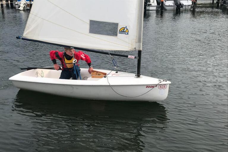 Längst in i hamnen blåser det inte alls mycket när Axel Stömne ska lägga till vid bryggan.