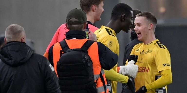 18-årige Jacob Ondrejka firar säkrad Europaplats tillsammans med sina lagkamrater.
