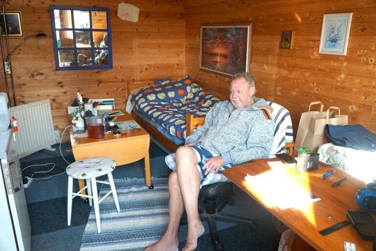 Tony Rapp bor på den stängda Bollekollens camping i Bollebygd. Han har inga problem med att bo på liten yta, men ska behandlas för cancer och söker en bostad med toalett och dusch inne.