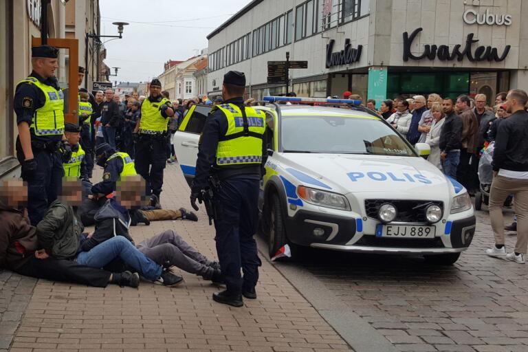 Tumult uppstod när polisen ingrep i samband med en NMR-manifestation.