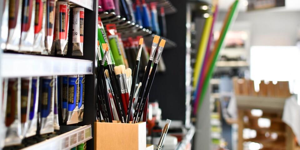 Färger, dukar och penslar - en hel vägg fylld med konstnärsmaterial.