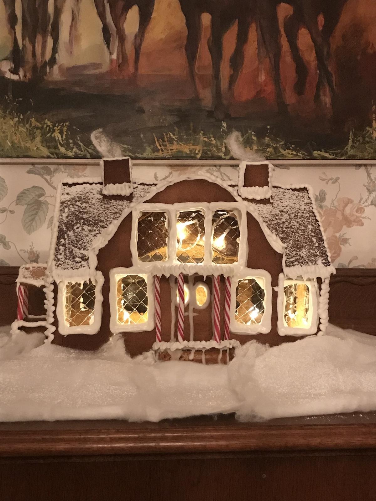 Anna Öberg har skickat in familjens villa utanför Nybro i pepparkaksform. Bygget är skapat av Anna, Victor, Minna och Maja.