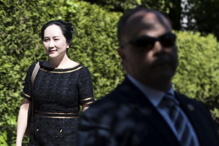 """Huaweiprinsessan"""" Meng Wanzhou och en säkerhetsvakt i förra veckan när en kanadensisk domstol beslutade att hon ska hållas kvar i Kanada. Arkivbild."""