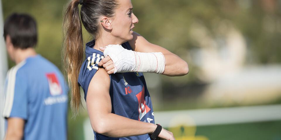 Kosovare Asllani var kraftigt bandagerad kring vänsterhanden på grund av en ligamentskada i tummen och tränade inte med laget.