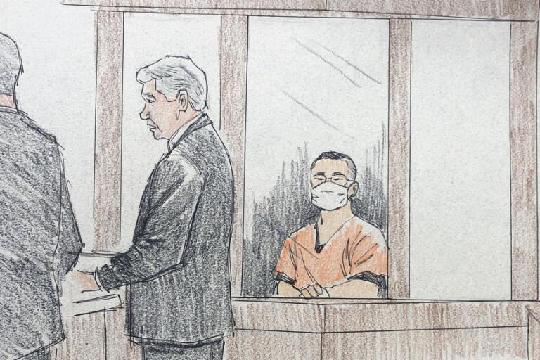 De tre poliserna, klädda i orange fängelseoveraller, ställdes inför domaren en och en. Illustration.