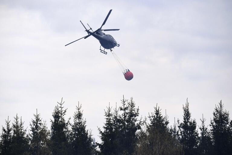 En av skogsbränderna i närheten av Gävle har vattenbombats av två helikoptrar. Arkivbild.