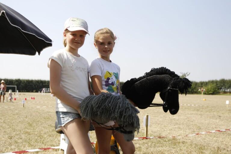 Barn och käpphästar tog över idrottsplan