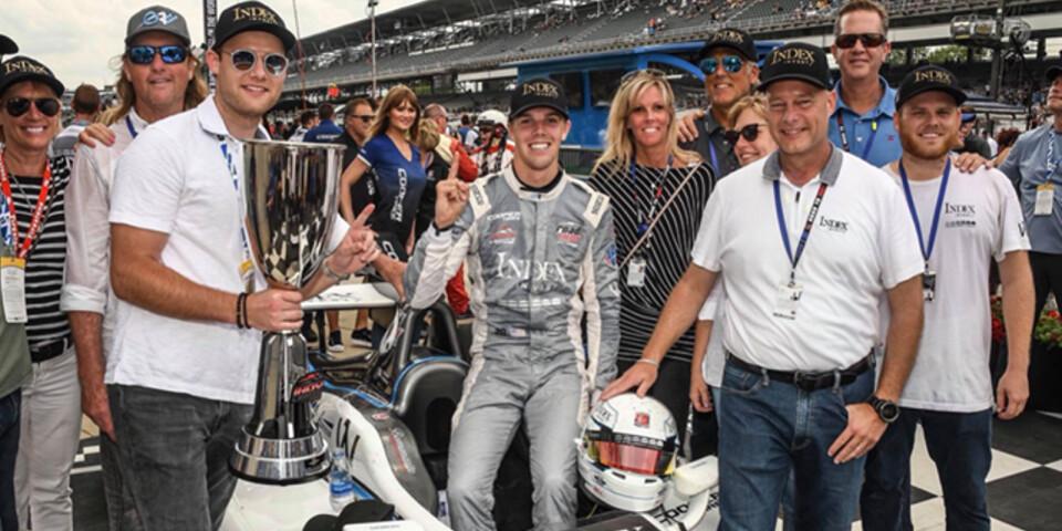 Oliver och hans team efter segern i Indianapolis. Hans motorkarriär sponsras bland annat av det svenska företaget Index Invest, där även Pernilla jobbar.