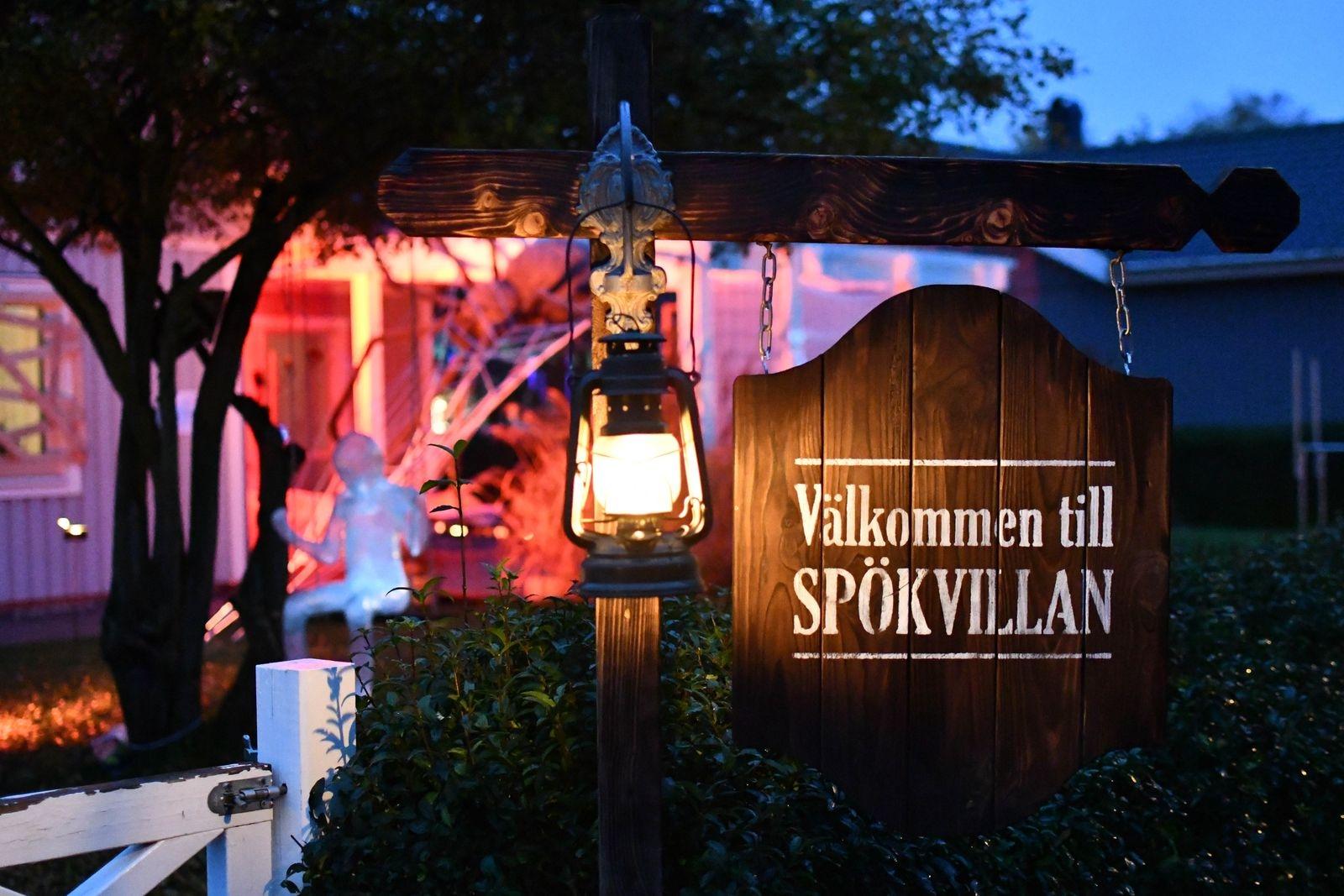 """Familjens fäbless för halloween smög igång något år efter flytten till huset i Köpingebro. """"2016 fick vi idén att göra gravstenar av överbliven frigolit, det var med dem det startade"""" berättar Martin Söderberg."""