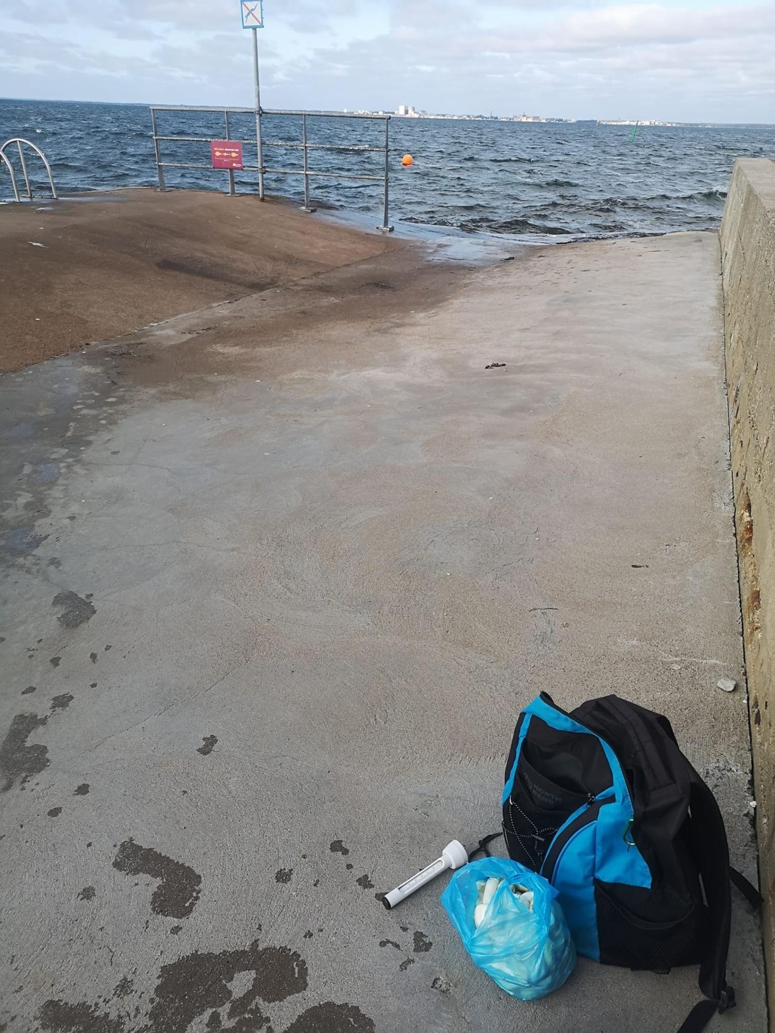Christina Frid njöt av 16 grader i vattnet i Färjestadens hamn efter sin svampplockning måndagen den 14 september.