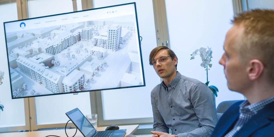 Patrik Jogby och Karl-Henrik Persson visar upp ABK:s nya bostadsområde Östermalms Park.
